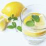 Vaso de agua caliente con limón en ayunas ¿mito o realidad?